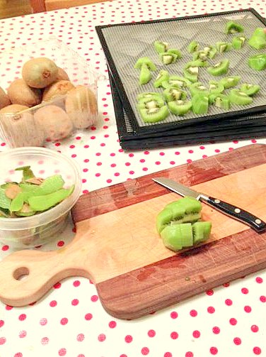 cutting kiwis to dehydrate